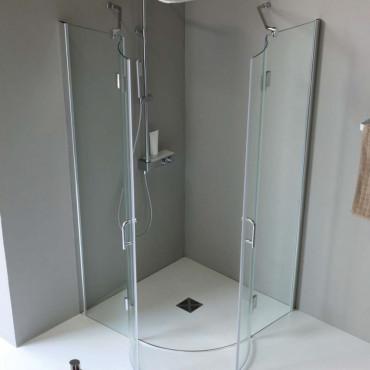 Halbkreisförmige Duschkabine mit Pendeltür
