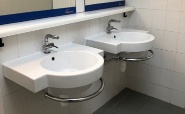 Fornitura di sanitari a terra Impero con lavabo soprapiano 60 per una residenza privata di Roma